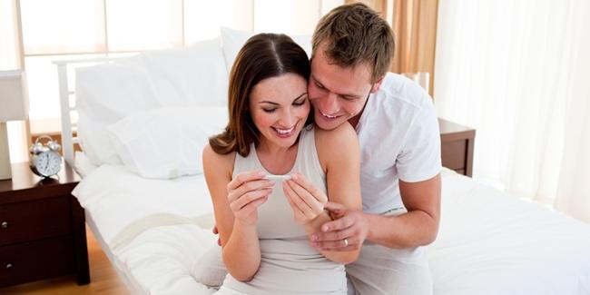 kejutan-seru-suami-diam-diam-tes-urin-istri-hasilnya-positif-hamil.jpg
